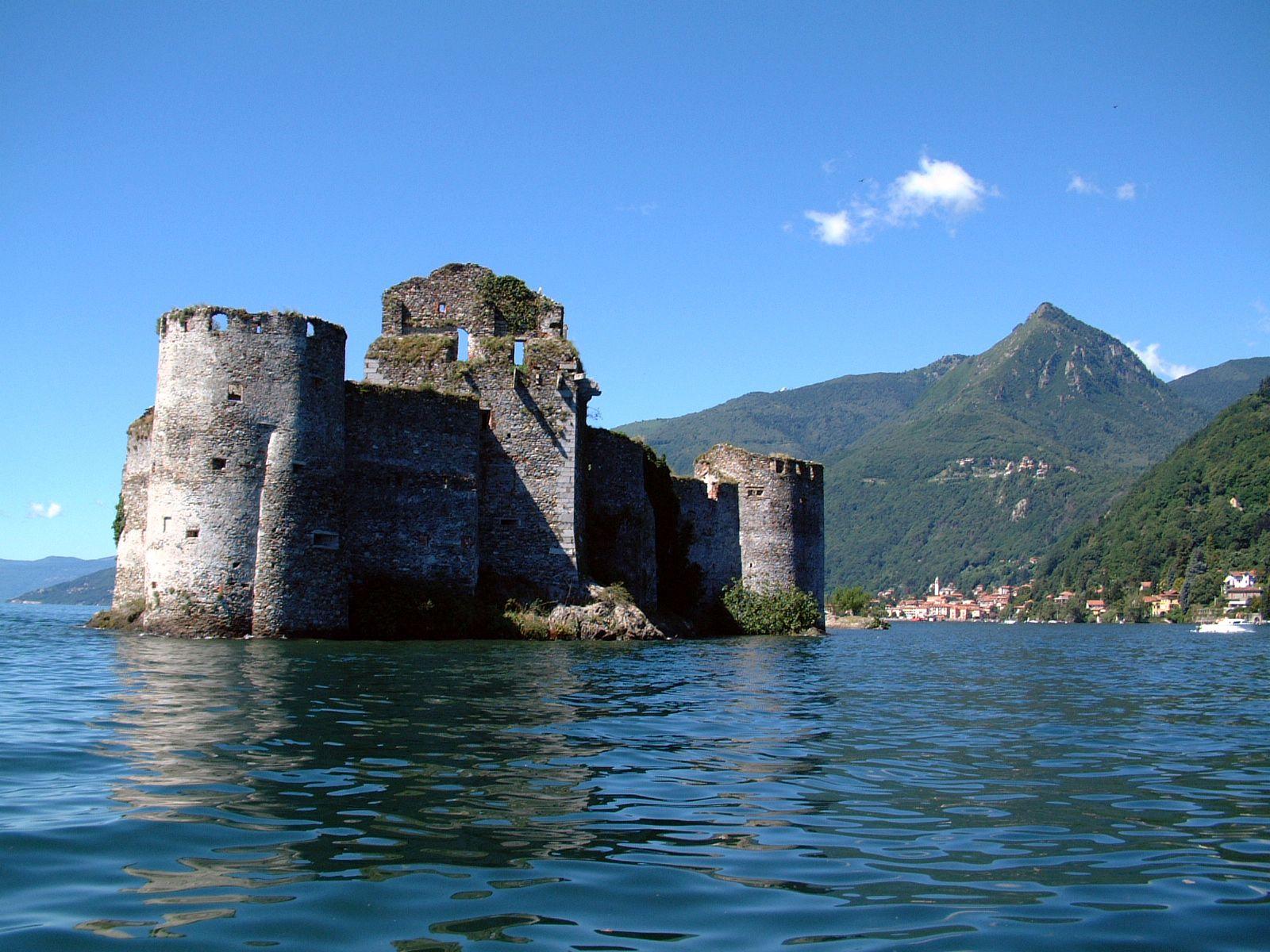 Castelli di cannero for Case che sembrano castelli